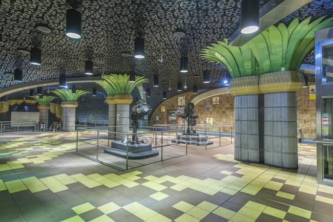 Декоративні стовпи та кіноролики на стелі в станції метро, Лос-Анджелес, Каліфорнія, США — стокове фото