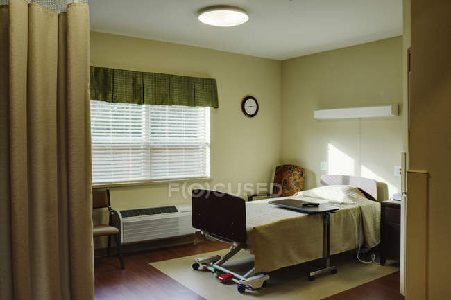 Amplia sala de pacientes en instalaciones asistenciales - foto de stock