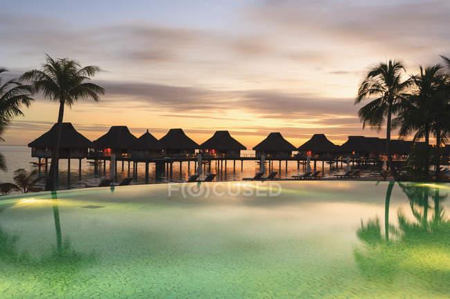 Palme e resort tropicale, Bora Bora, Polinesia Francese — Foto stock
