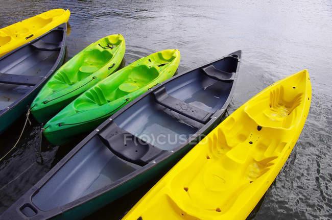 Пустые красочные каноэ, причаливающие на озере, вид под высоким углом — стоковое фото