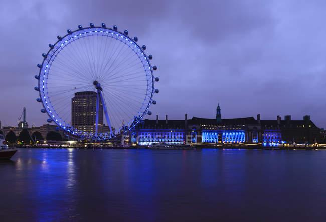 London Eye and waterfront lit up at night, London, United Kingdom — Photo de stock
