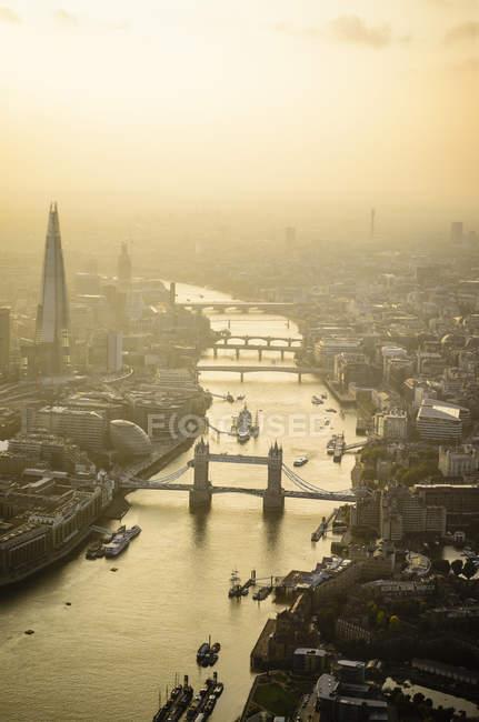 Міський краєвид лондонського міського пейзажу, Тауерський міст і річка, Англія — стокове фото
