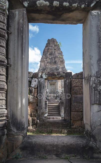 Portes d'arc de la structure antique de temple, Bakong de Prasat, Siem Reap, Cambodge — Photo de stock
