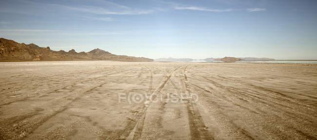 Trilhas do pneu em Bonnaville Salt Flats, Utah, Estados Unidos — Fotografia de Stock