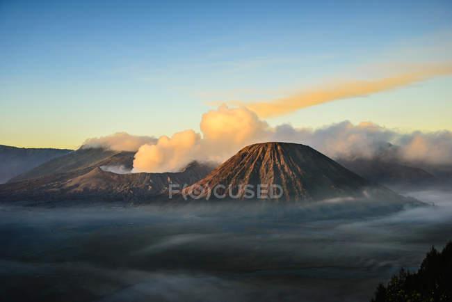 Opinião de ângulo elevado das nuvens o vulcão de fumo — Fotografia de Stock