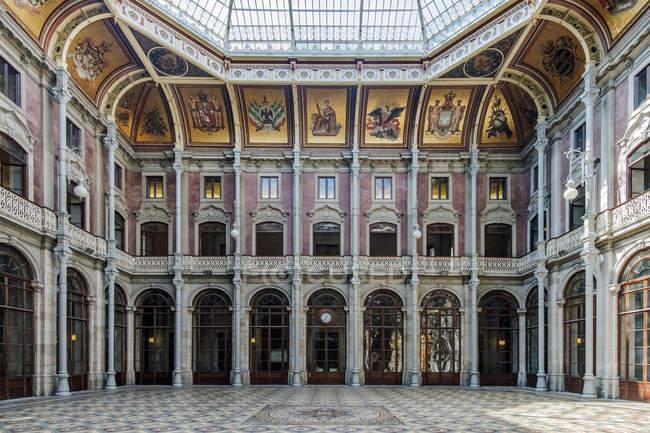 Декоративні стовпи на фондовій біржі палац, Порто, Португалія — стокове фото