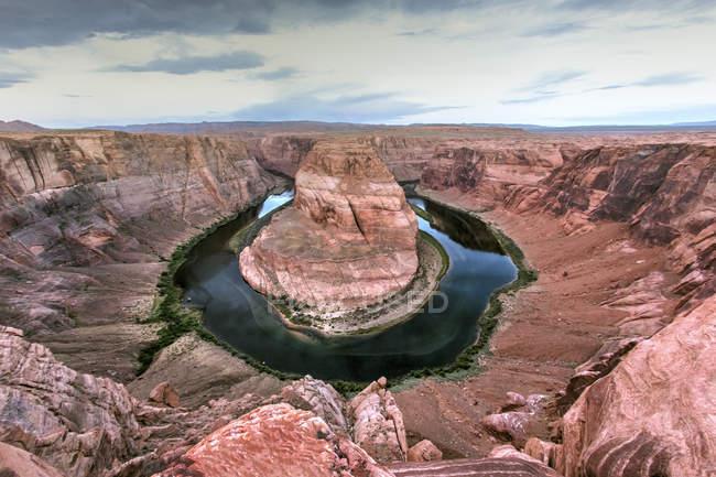 Río curvado en paisaje desértico, Río Colorado, Arizona, EE.UU. - foto de stock