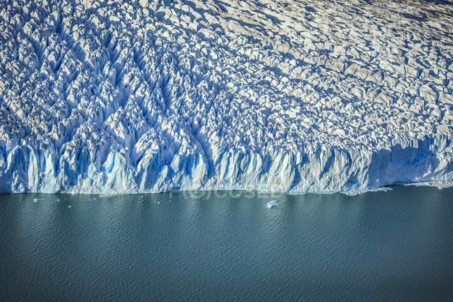 Veduta aerea del bordo del ghiacciaio e dell'acqua — Foto stock