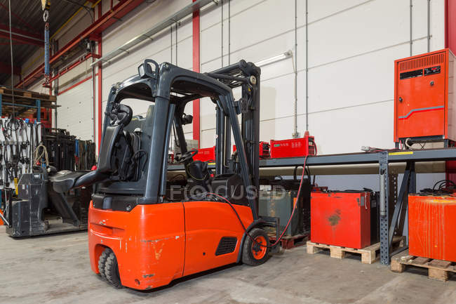 Forklift machinery and shelves in warehouse — Stock Photo
