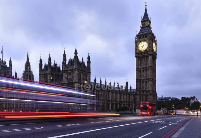 Motion blur of traffic and bus passing Houses of Parliament, Londres, Royaume-Uni — Photo de stock