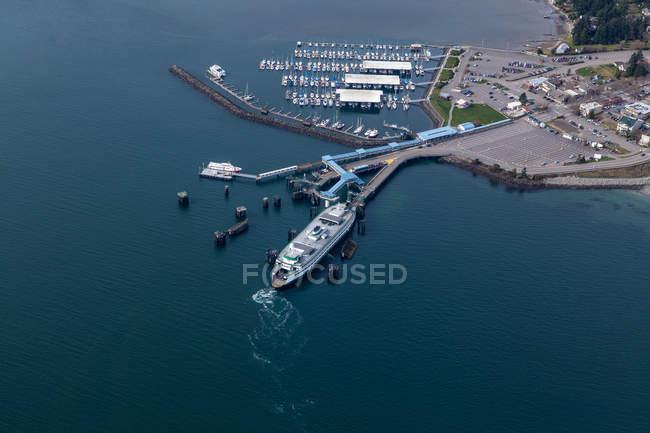 Vista aerea del terminal dei traghetti nel porto di Seattle, Seattle, Washington, Stati Uniti — Foto stock