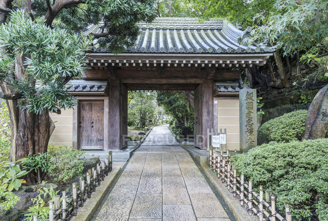Traditional Japanese structure gate in garden, Kamakura, Kanagawa, Japan — Stock Photo