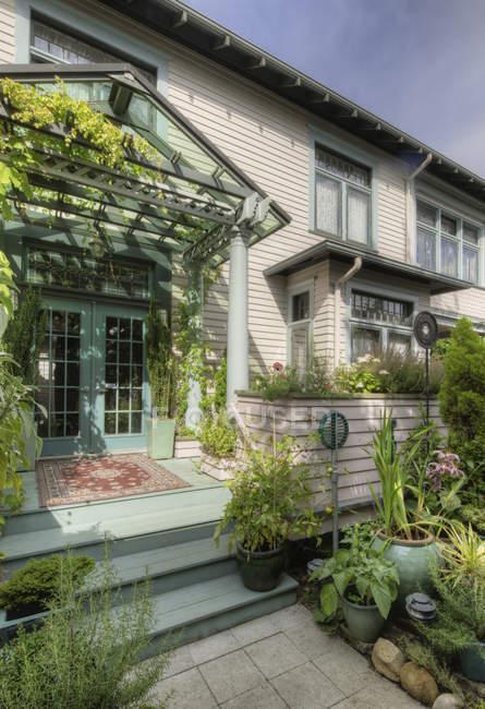 Plantas nos degraus dianteiros da casa em Snohomish, Washington, EUA — Fotografia de Stock