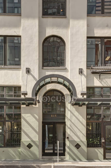 Awning over front door of urban building on street, Seattle, Washington, USA — Foto stock