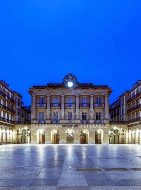 Edificio ordenado iluminado por la noche, San Sebastián, Gipuzkoa, España, Europa. - foto de stock