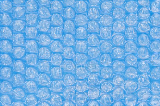 Primer plano de envoltura de burbuja azul en marco completo . - foto de stock