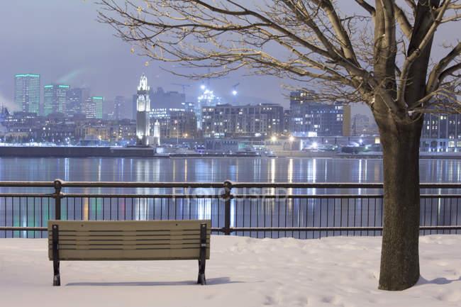 Skyline de Montréal illuminée la nuit en hiver, Québec, Canada — Photo de stock