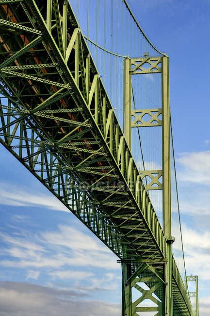 Vista de ángulo bajo de Narrows Bridge, Tacoma, Washington, Estados Unidos - foto de stock
