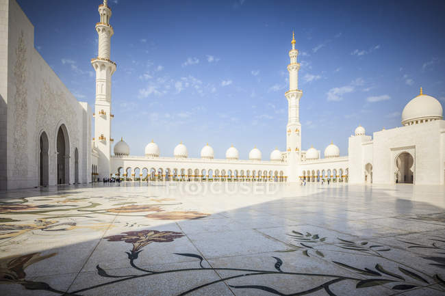 Ornate tiles and arches of Sheikh Zayed Grand Mosque, Abu Dhabi, United Arab Emirates — стоковое фото