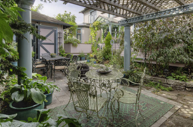 Tables and chairs on patio garden in Snohomish, Washington, USA — Stock Photo