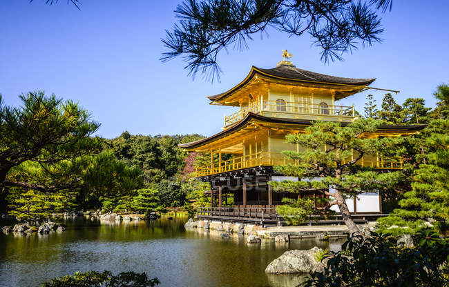 Gold Temple over still lake, Kyoto, Japan — Stock Photo