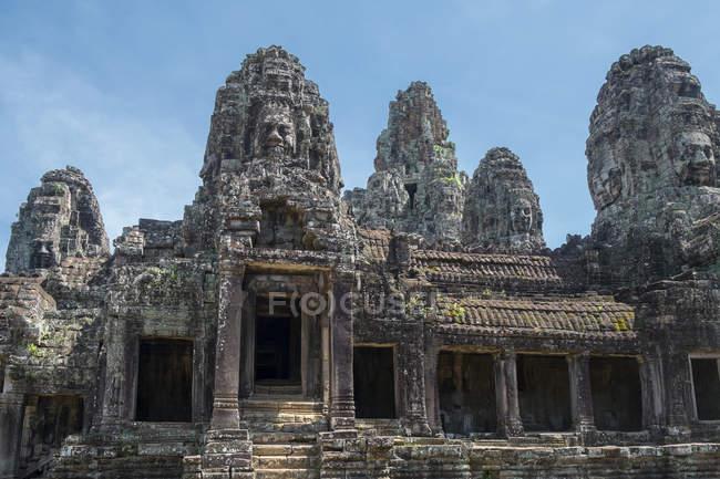 Vue d'angle bas des sculptures ornées sur le temple de Bayon de Prasat, Angkor, Siem Reap, Cambodge — Photo de stock