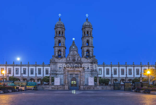 Ornate church overlooking town square at dusk, Zapapan, Jalisco, Mexico — стокове фото