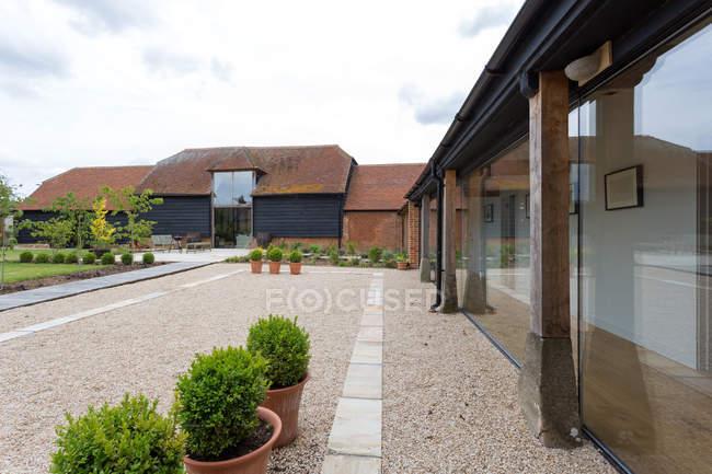 Hof eines umgebauten Scheunenhauses in Oxfordshire, Großbritannien — Stockfoto