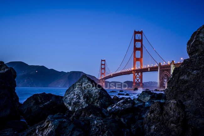 Paisagem de Golden Gate Bridge de praia à noite, San Francisco, Califórnia, Estados Unidos — Fotografia de Stock