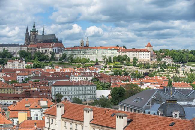 Замок и город Огюст, Центральная Чехия — стоковое фото