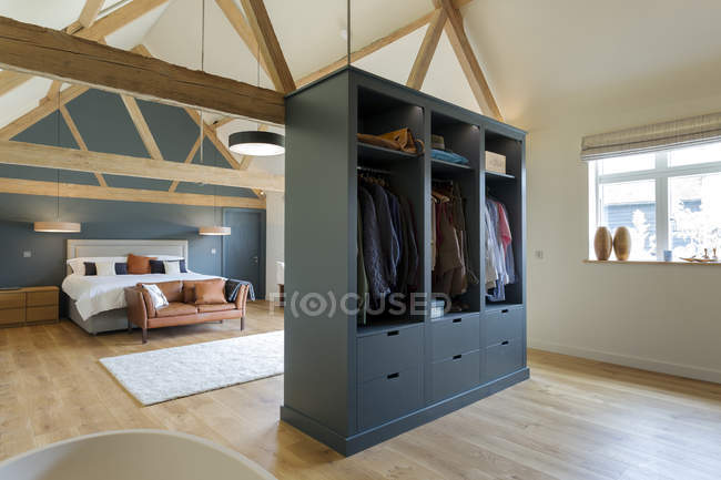 Wardrobe and bed in modern bedroom, Oxford, Oxfordshire, England — Stock Photo