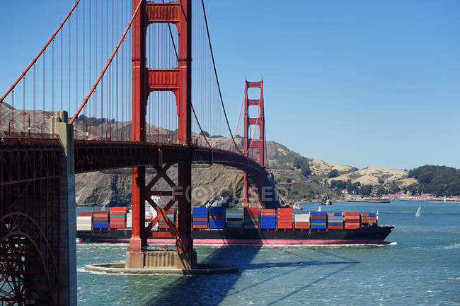 Barge passing under Golden Gate Bridge, San Francisco, California, United States — Photo de stock