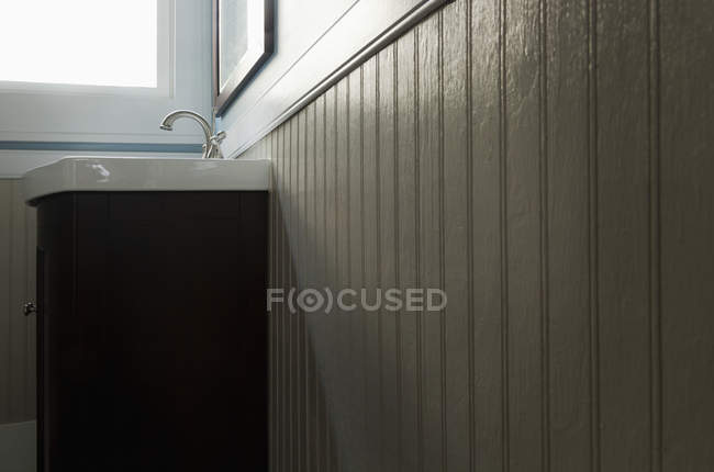 Waschbecken und Fenster im Badezimmer, Low-Winkel-Ansicht — Stockfoto
