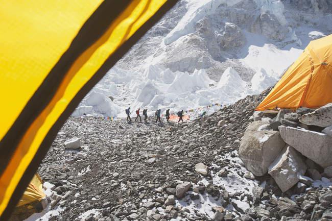 Excursionistas en montañas nevadas, vista desde tienda, Everest, región de Khumbu, Nepal - foto de stock