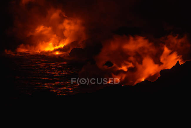 Smoke rising from molten lava at night, Big Island, Hawaii, USA — Fotografia de Stock