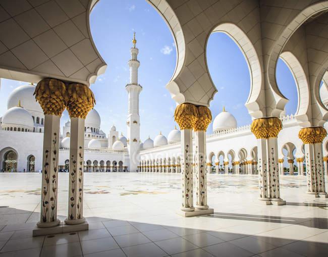 Ornate columns of Sheikh Zayed Grand Mosque, Abu Dhabi, United Arab Emirates — Fotografia de Stock