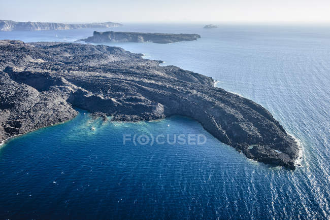 Veduta aerea della costa rocciosa rurale, Thira, Egeo, Grecia — Foto stock
