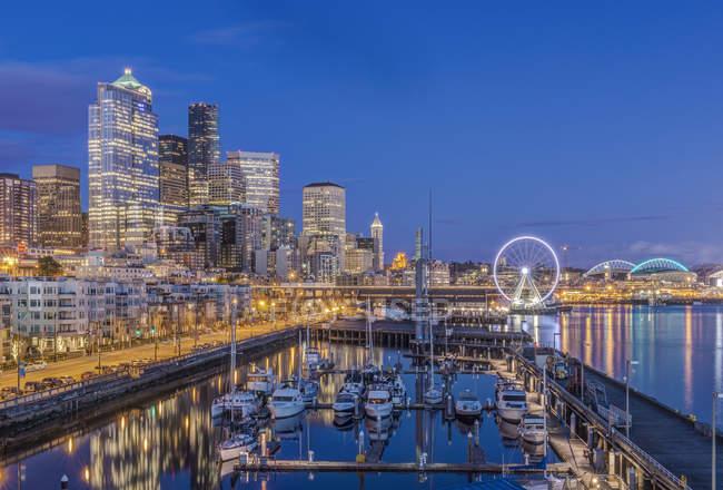 Сценарий городского неба, освещённый ночью, Сиэтл, Вашингтон, США — стоковое фото