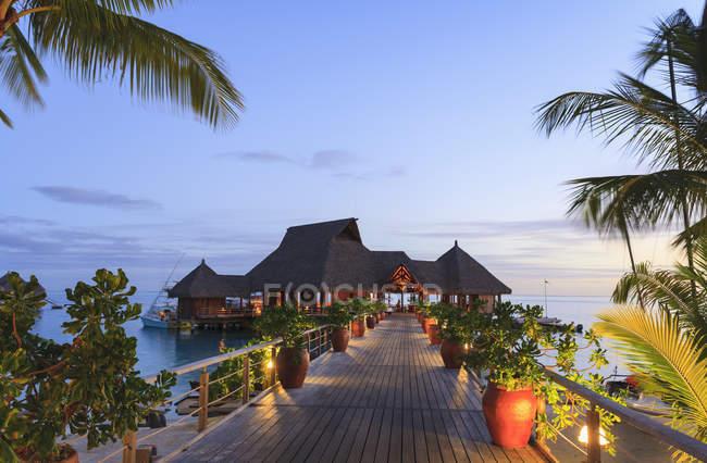 Cubierta y restaurante sobre el océano tropical, Bora Bora, Polinesia Francesa - foto de stock