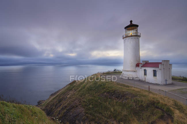 Lighthouse on grassy cliff overlooking ocean, Long beach, Washington, USA — Stock Photo