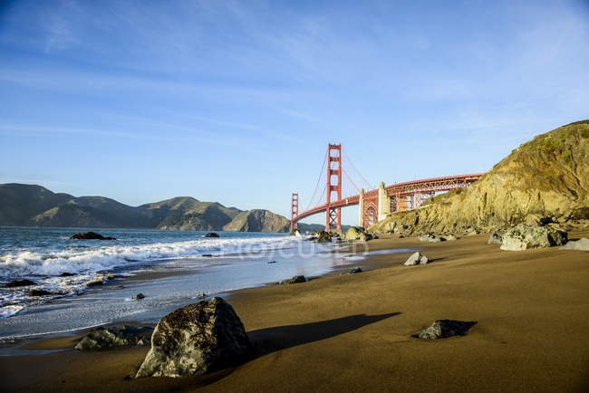 Paisagem de Golden Gate Bridge de beach, San Francisco, Califórnia, Estados Unidos — Fotografia de Stock