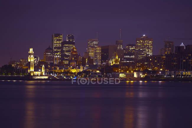 El horizonte de la ciudad de Montreal se iluminó por la noche, Quebec, Canadá - foto de stock