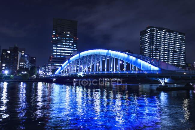Силуети Tokyo Хмарочоси в освітленій міський пейзаж вночі, Токіо, Японія — стокове фото