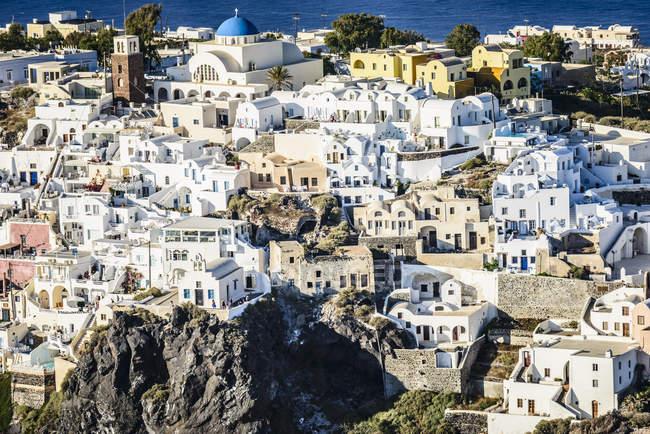 Vista aérea da cidade na encosta, Oia, Egeo, Grécia — Fotografia de Stock