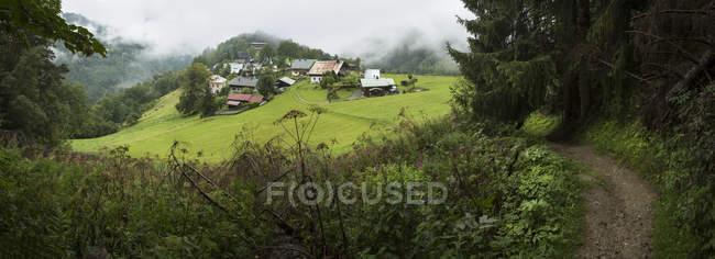 Деревня в зеленых холмах, Les Houcheas, Франция — стоковое фото