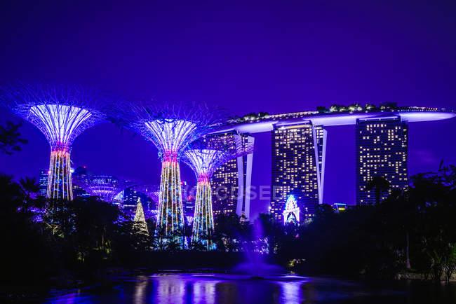 Мальовничі різнокольорові освітлювальні Сінгапур Марина вночі, Азія — стокове фото