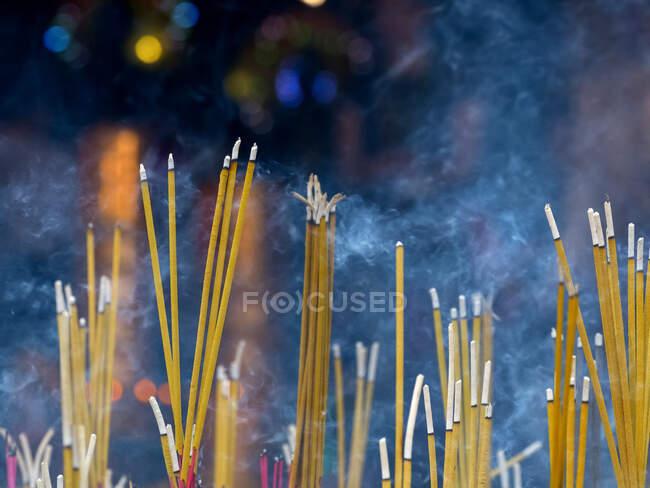 Nahaufnahme brennender Räucherstäbchen — Stockfoto
