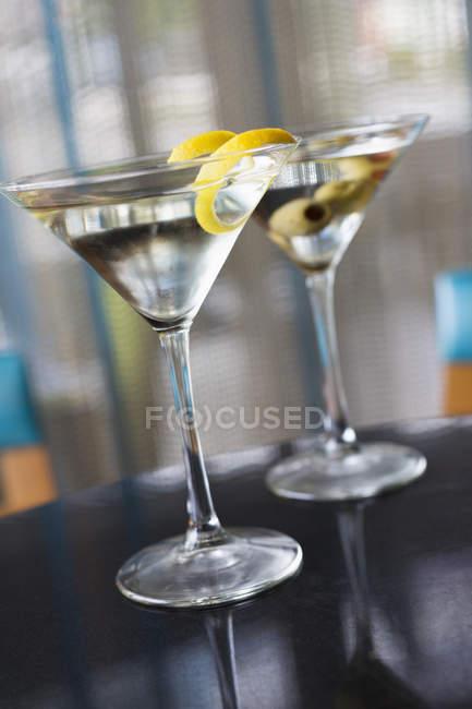 Крупный семх двух украшенных коктейлей в очках — стоковое фото