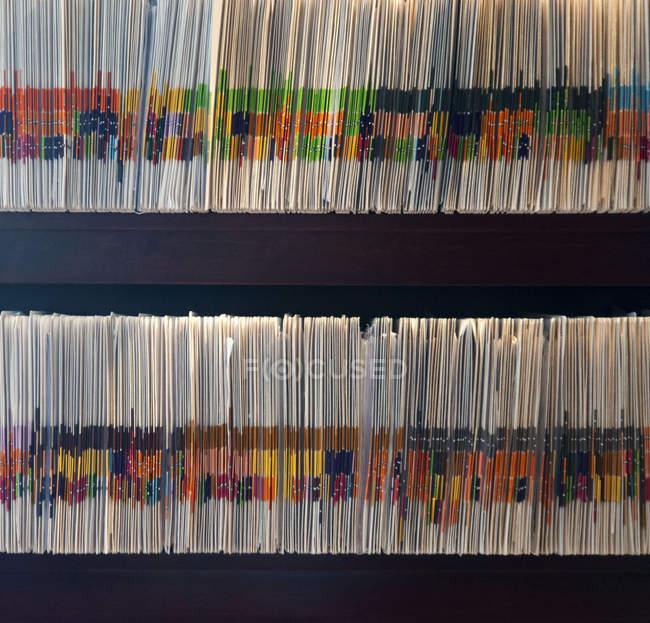 Фільми на полицях з кольоровими мітками у клініці. — стокове фото