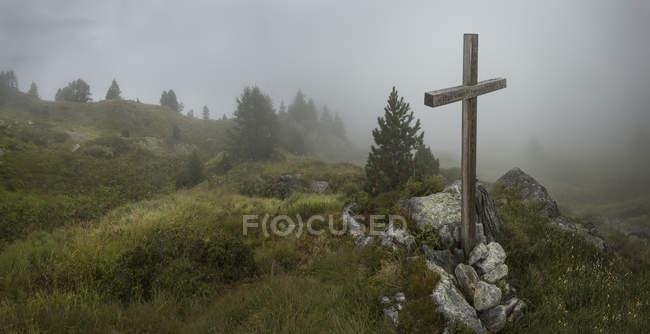 Cross in rocks in misty mountainside of Mount Blanc, Switzerland — Stockfoto